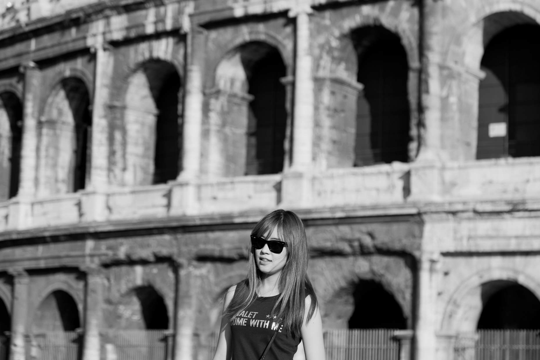 WomaninfrontofColosseum2